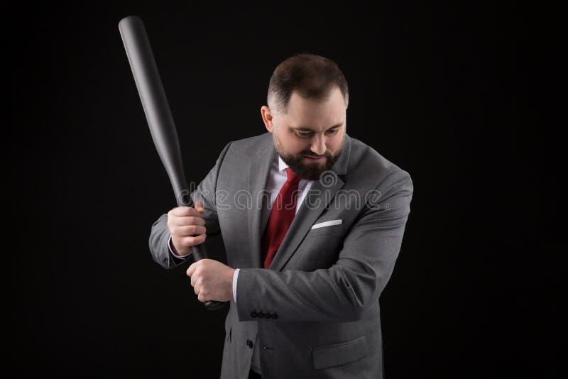 Γενειοφόρο άτομο στο κοστούμι και κόκκινος δεσμός με το ρόπαλο του μπέιζμπολ στοκ φωτογραφίες