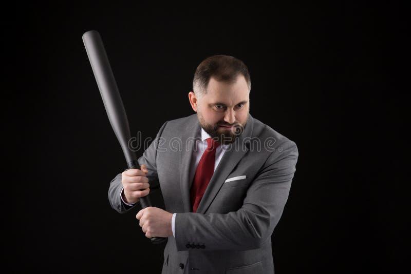 Γενειοφόρο άτομο στο κοστούμι και κόκκινος δεσμός με το ρόπαλο του μπέιζμπολ στοκ φωτογραφία