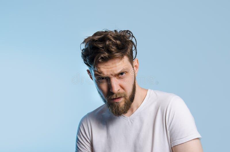 Γενειοφόρο άτομο hipster στο άσπρο πουκάμισο στοκ εικόνες