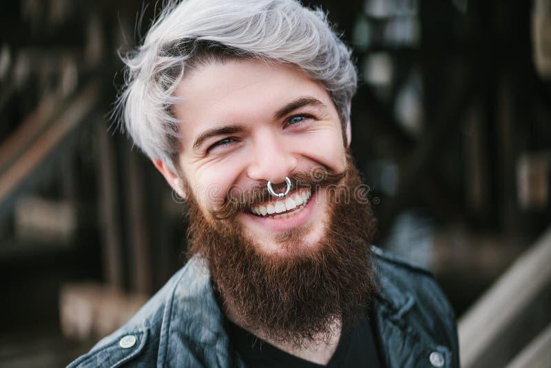 Γενειοφόρο hipster με το δαχτυλίδι μύτης στο σακάκι δέρματος στοκ φωτογραφία