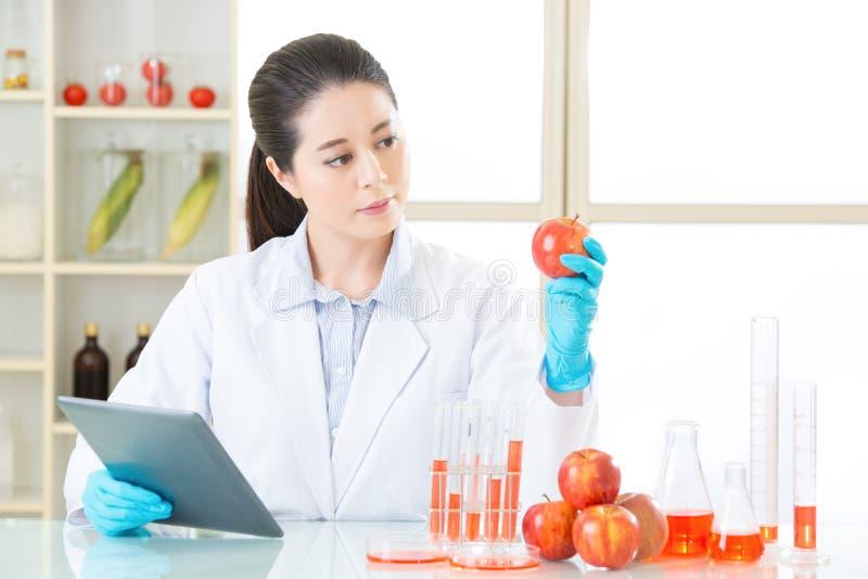 Γενετική ανάγκη τροφίμων τροποποίησης να είναι έρευνα στοκ φωτογραφία με δικαίωμα ελεύθερης χρήσης
