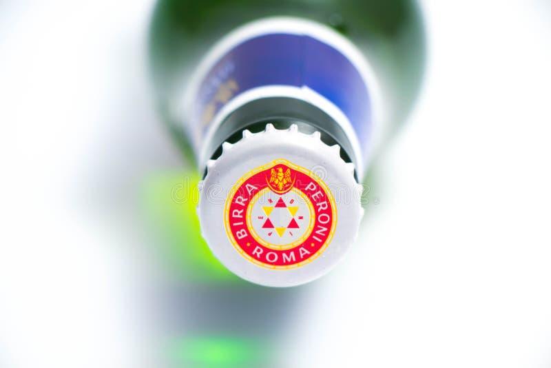 Γενεύη/Ελβετία †«03 03 2019: Ιταλική μπύρα bootle Peroni πράσινη που απομονώνεται στο λευκό στοκ εικόνες