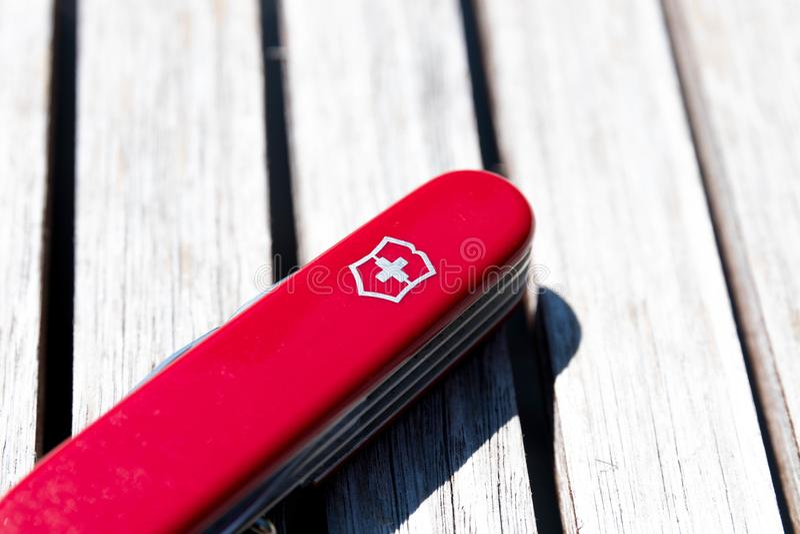 Γενεύη/Ελβετία-15 08 18: Κόκκινο ξύλο μαχαιριών στρατού Victorinox ελβετικό στοκ φωτογραφία με δικαίωμα ελεύθερης χρήσης