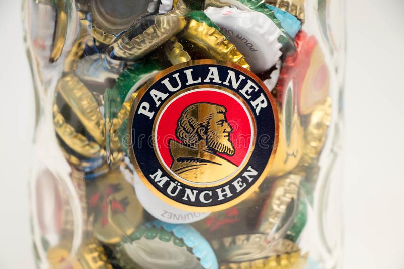 Γενεύη/Ελβετία - 20 Μαρτίου 2018: Στενό επάνω σύνολο πιντών μπύρας Paulaner των καλυμμάτων μπύρας στοκ εικόνα