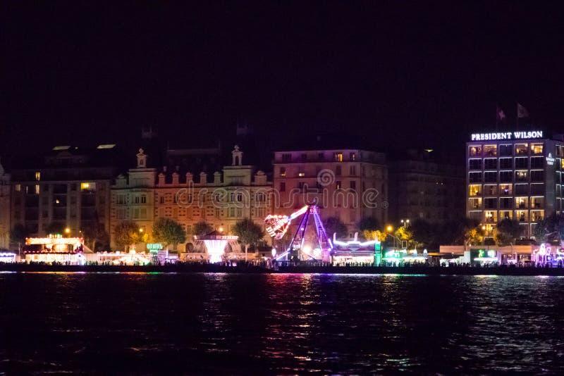 Γενεύη/Ελβετία 18 07 18: Ξενοδοχείο Πρόεδρος Wilson στη Γενεύη τη νύχτα κατά τη διάρκεια του καλοκαιριού funfair στοκ εικόνα