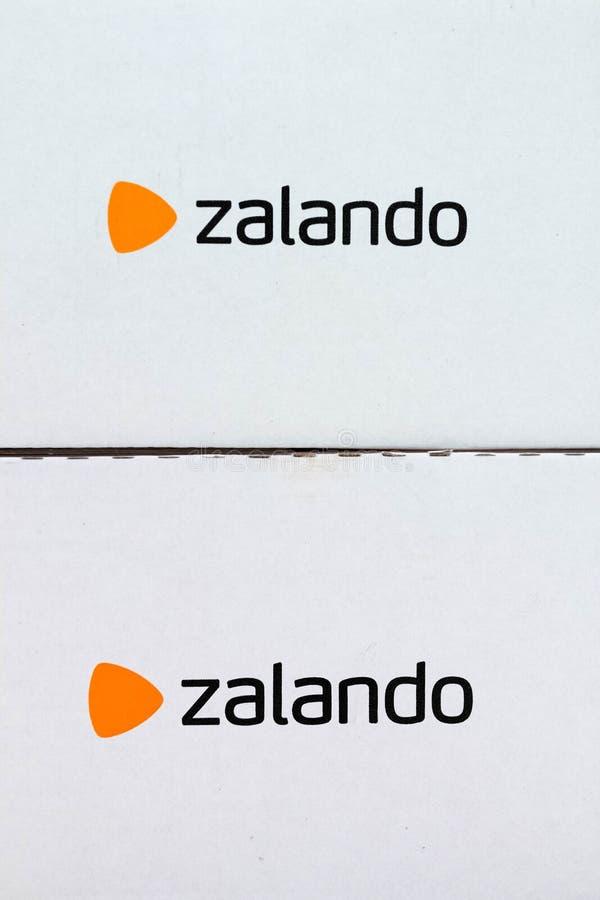 Γενεύη/Ελβετία-10 08 18: Σε απευθείας σύνδεση χαρτόνι κιβωτίων ενδυμάτων αγορών Zalando στοκ εικόνες με δικαίωμα ελεύθερης χρήσης