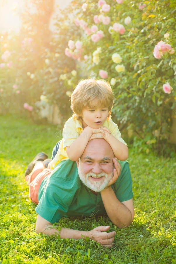 Γενιά ανδρών Γενεά ανθρώπων και στάδια της ενηλικίωσης Συνταξιούχος παππούς Τρόπος ζωής της οικογένειας της υγείας Παππούς στοκ φωτογραφίες με δικαίωμα ελεύθερης χρήσης