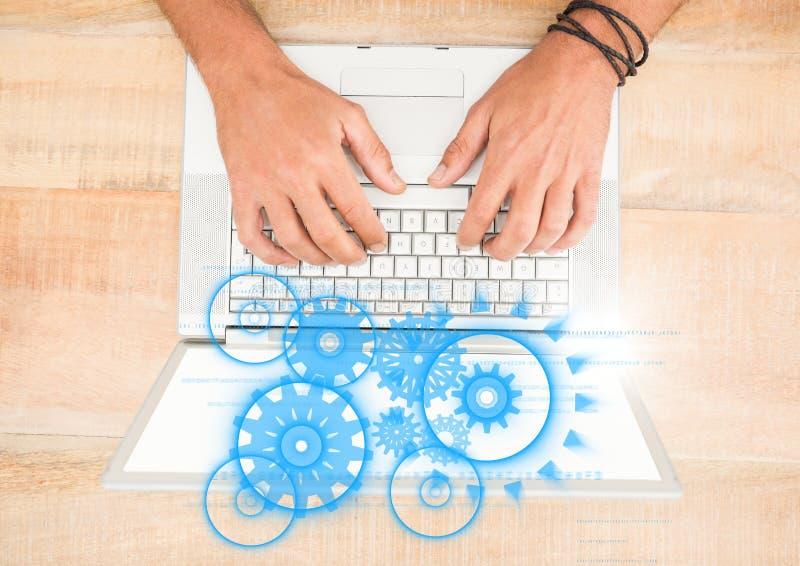 Γενικά έξοδα των χεριών στο lap-top με την μπλε γραφική παράσταση βαραίνω στοκ εικόνες