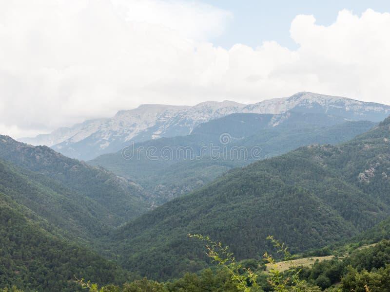 Γενική και πανοραμική άποψη της ορεινής περιοχής Alt Urgell, στην επαρχία Lleida, Καταλανικά Πυρηναία, Καταλονία, Ισπανία στοκ εικόνα