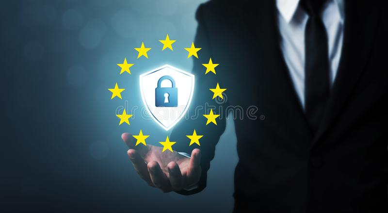 Γενικός κανονισμός GDPR προστασίας δεδομένων σημαδιών εκμετάλλευσης χεριών επιχειρηματιών και ασπίδα στοκ φωτογραφίες