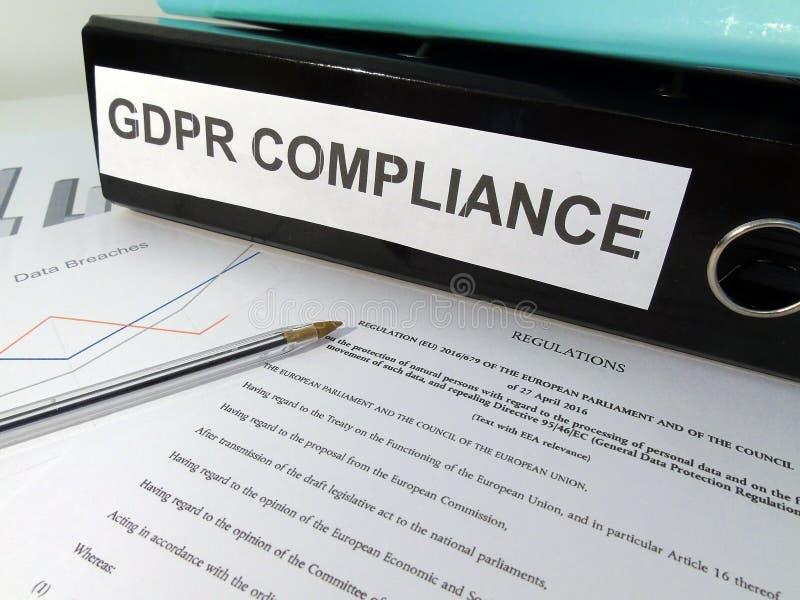 Γενικός φάκελλος αψίδων μοχλών συμμόρφωσης κανονισμού GDPR προστασίας δεδομένων στο σωριασμένο γραφείο στοκ φωτογραφία με δικαίωμα ελεύθερης χρήσης