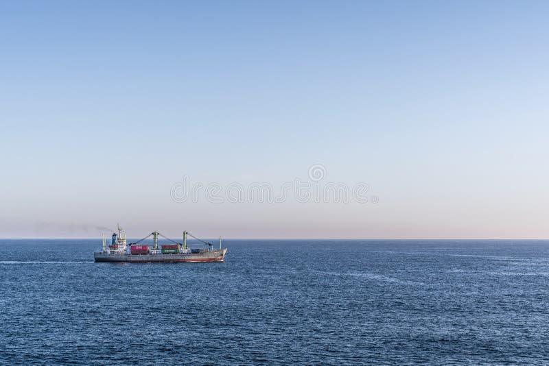 Γενικό φορτηγό πλοίο Sabang Meratus στον κόλπο Benoa, Μπαλί Ινδονησία στοκ εικόνες