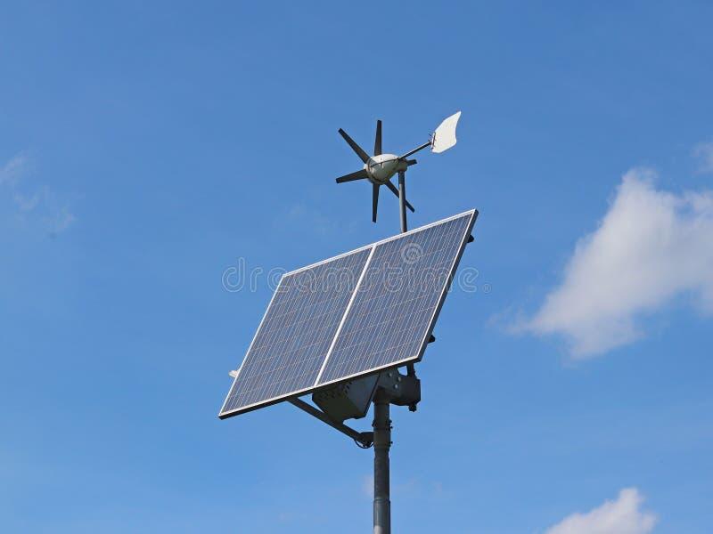Γεννήτρια και ηλιακό πλαίσιο αέρα σε έναν μπλε ουρανό κύτταρα φωτοβολταϊκά Μέθοδος τη εναλλακτική ενέργεια Οικολογικά καθαρός εκλ στοκ φωτογραφία με δικαίωμα ελεύθερης χρήσης