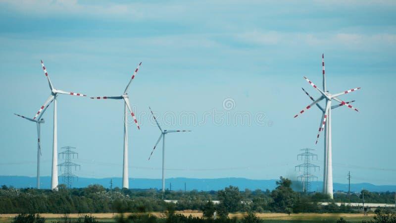 Γεννήτριες αέρα και πυλώνες ηλεκτρικής δύναμης στοκ εικόνα