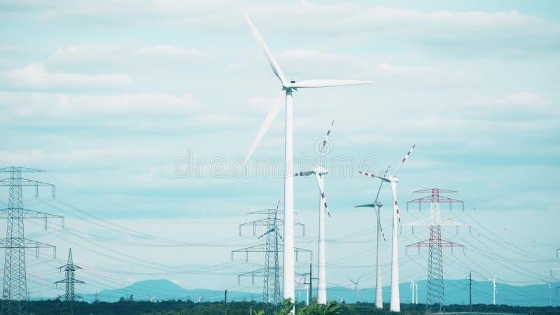Γεννήτριες αέρα και πυλώνες ηλεκτρικής δύναμης στοκ εικόνες