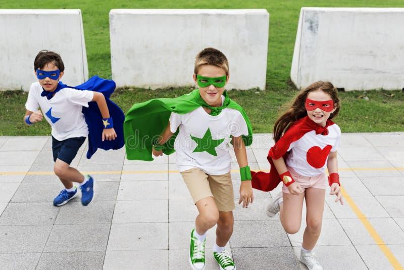 Γενναία έννοια φαντασίας κοριτσιών αγοριών Superhero στοκ φωτογραφία