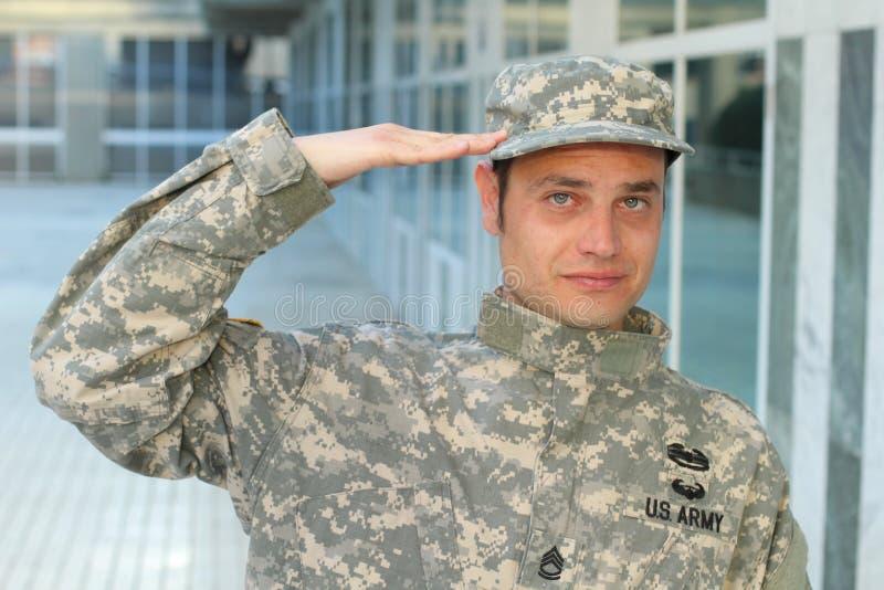 Γενναίο αμερικανικό πορτρέτο χαιρετισμού στρατιωτών στοκ φωτογραφία