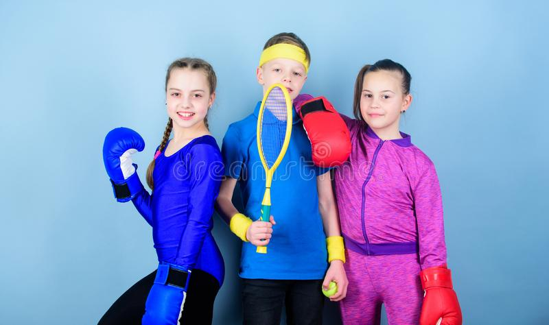 Γεννημένος να παλεψει Ευτυχή παιδιά στα εγκιβωτίζοντας γάντια με τη ρακέτα και τη σφαίρα αντισφαίρισης Ενεργειακή υγεία ικανότητα στοκ φωτογραφίες με δικαίωμα ελεύθερης χρήσης