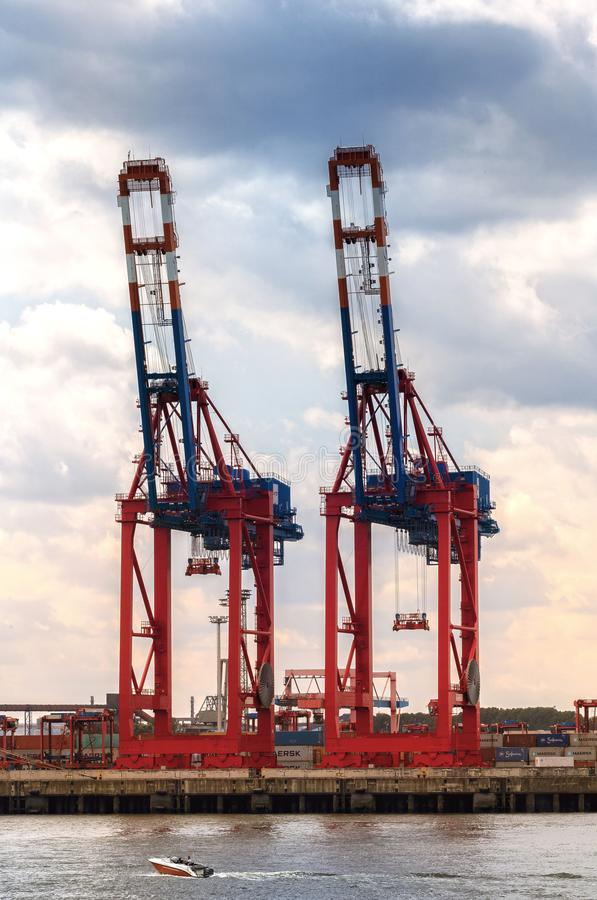 Γερανοί για τα εμπορευματοκιβώτια στο λιμάνι χάμπουργκερ στοκ εικόνα