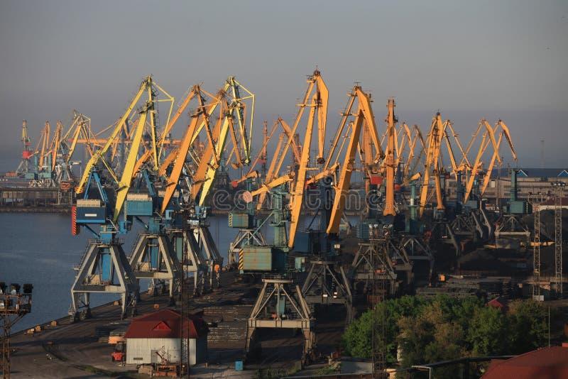 Γερανοί στο θαλάσσιο λιμένα της Azov θάλασσας στοκ εικόνες με δικαίωμα ελεύθερης χρήσης