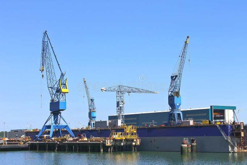 Γερανοί στο ναυπηγείο στοκ εικόνα με δικαίωμα ελεύθερης χρήσης