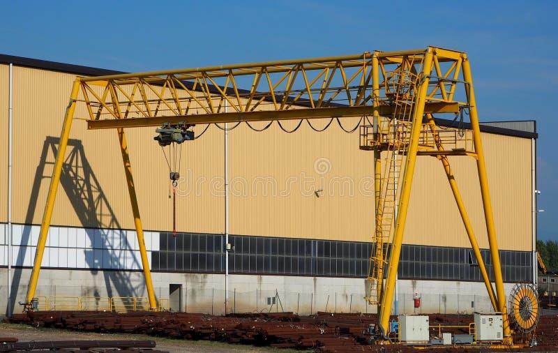 Γερανός ατσάλινων σκελετών και η σκιά του στον τοίχο εργοστασίων στοκ φωτογραφίες με δικαίωμα ελεύθερης χρήσης