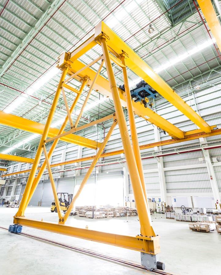 Γερανός ατσάλινων σκελετών στο εργοστάσιο στοκ εικόνες