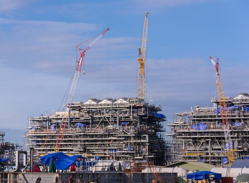 Γερανός βιομηχανίας και οικοδόμηση κτηρίου στοκ εικόνες με δικαίωμα ελεύθερης χρήσης