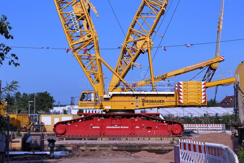 Γερανός βραχιόνων δικτυωτού πλέγματος στο εργοτάξιο οικοδομής στοκ φωτογραφία με δικαίωμα ελεύθερης χρήσης