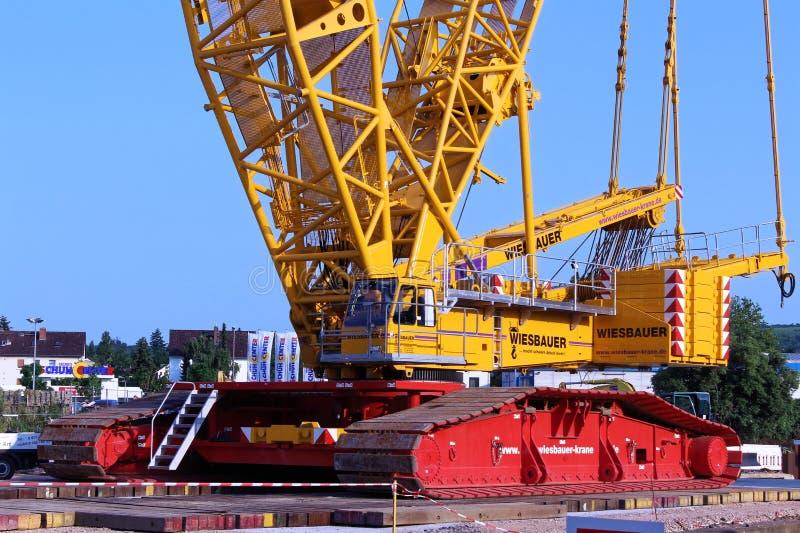Γερανός βραχιόνων δικτυωτού πλέγματος στο εργοτάξιο οικοδομής στοκ εικόνα με δικαίωμα ελεύθερης χρήσης