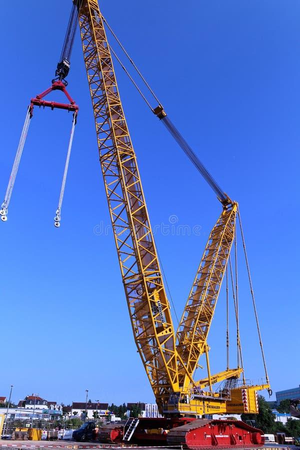 Γερανός βραχιόνων δικτυωτού πλέγματος στο εργοτάξιο οικοδομής στοκ εικόνες με δικαίωμα ελεύθερης χρήσης