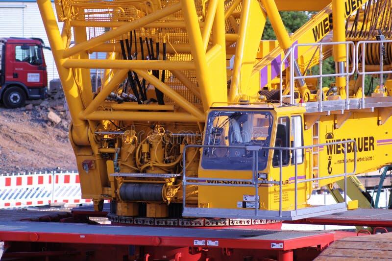 Γερανός βραχιόνων δικτυωτού πλέγματος στο εργοτάξιο οικοδομής στοκ φωτογραφίες