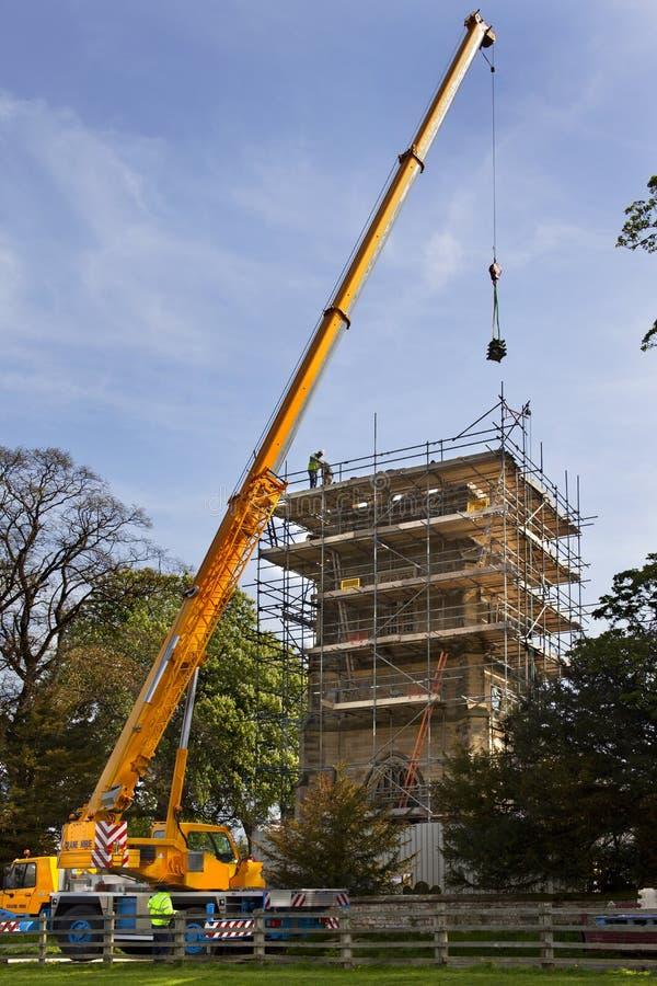 γερανός εκκλησιών που ανυψώνει τη masonary στέγη αποκατάστασης στοκ φωτογραφίες