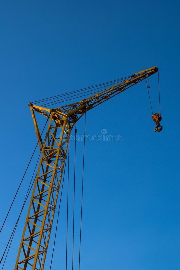 Γερανός κατασκευής ενάντια στο μπλε ουρανό στοκ φωτογραφία