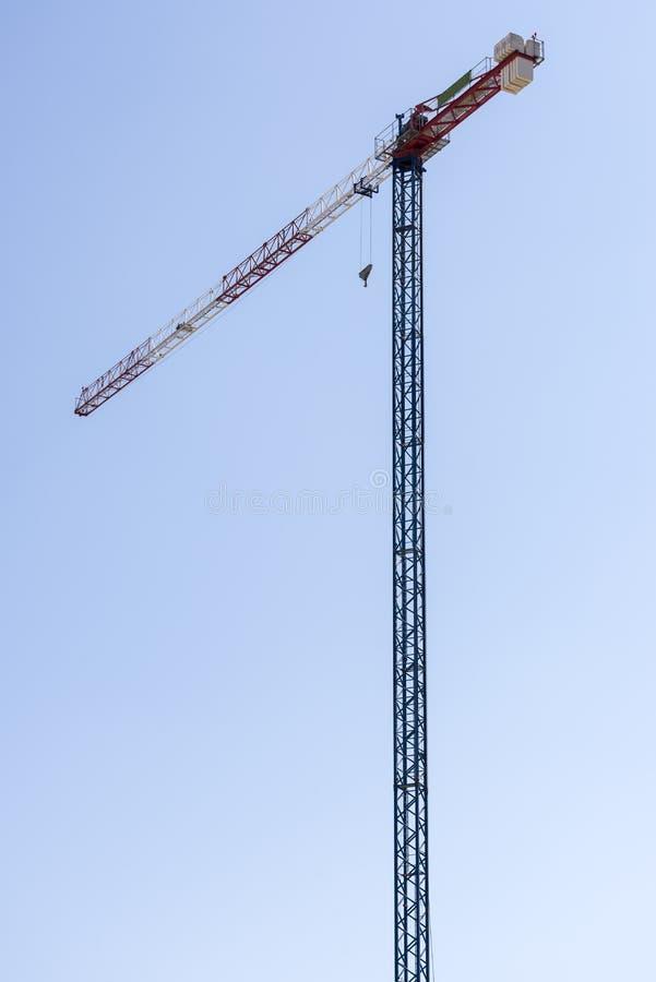 Γερανός κατασκευής ενάντια στο σαφή μπλε ουρανό στοκ εικόνα με δικαίωμα ελεύθερης χρήσης