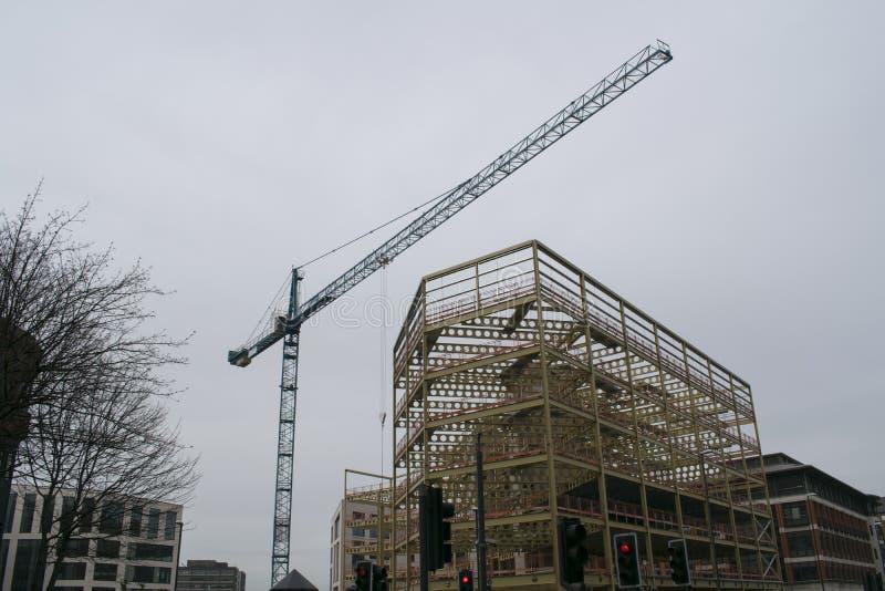 Γερανός κατασκευής, οδός του Ουέλλινγκτον, κέντρο της πόλης του Λιντς στοκ εικόνες