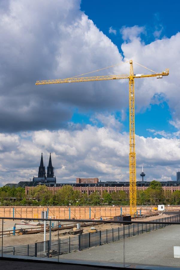 Γερανός κατασκευής σε ένα μεγάλο εργοτάξιο οικοδομής μπροστά από Colo στοκ φωτογραφία