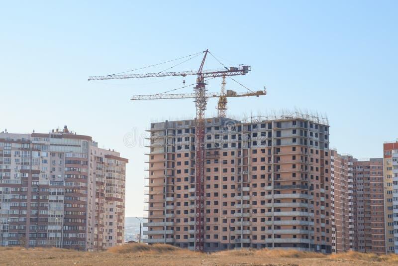 Γερανός οικοδόμησης πύργων ενάντια στο μπλε ουρανό και τον ήλιο Κατασκευή στοκ φωτογραφίες με δικαίωμα ελεύθερης χρήσης