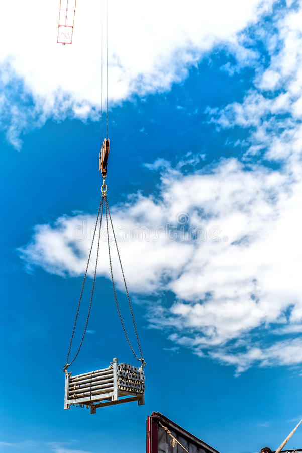 Γερανός που ανυψώνει τις μεταλλικές δομές του κτηρίου του ουρανοξύστη Λεπτομέρειες του εργοτάξιου οικοδομής και των εργαλείων στοκ εικόνες με δικαίωμα ελεύθερης χρήσης