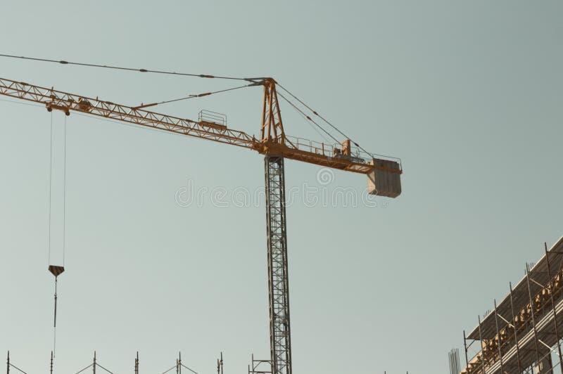 Γερανός πύργων - επωτίδα σε ένα εργοτάξιο οικοδομής στοκ φωτογραφίες