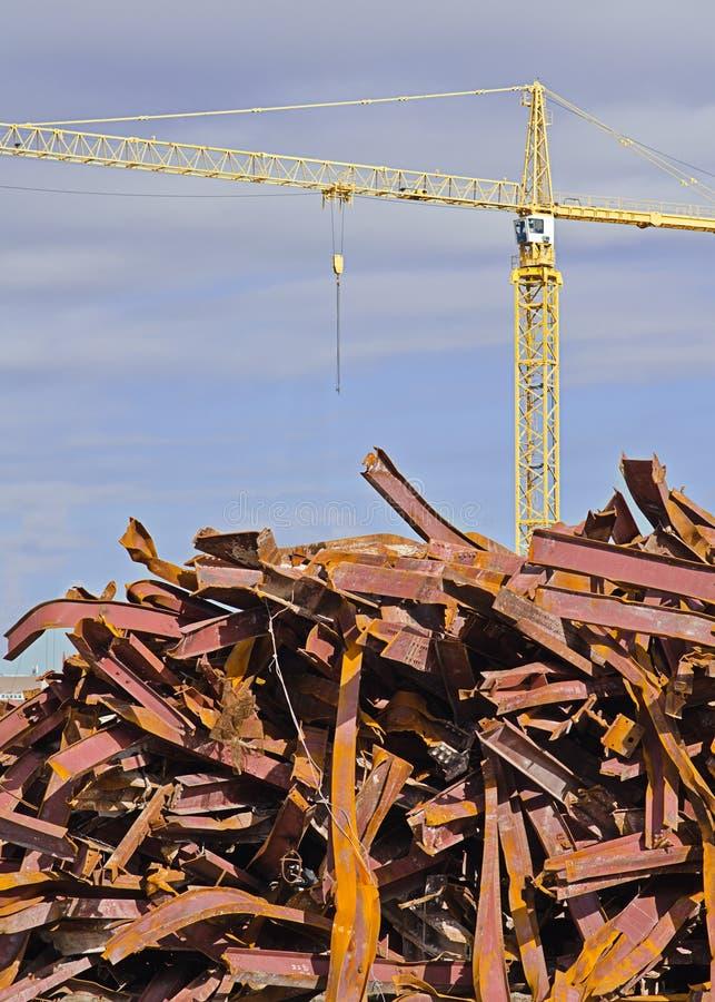 Γερανός πύργων και σωρός των στριμμένων δοκών στοκ φωτογραφίες με δικαίωμα ελεύθερης χρήσης