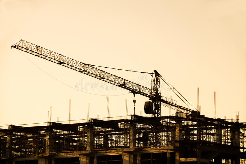Download Γερανός σιδήρου στις σκιαγραφίες εργοτάξιων οικοδομής Στοκ Εικόνα - εικόνα από μηχανικός, κτήμα: 62715941