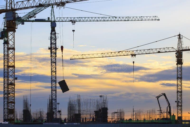 Γερανός της οικοδόμησης κτηρίου ενάντια στον όμορφο σκοτεινό ουρανό στοκ φωτογραφία