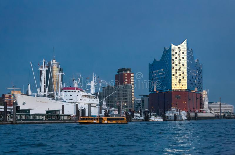 Γερμανία Αμβούργο Άποψη της διάσημης φιλαρμονικής αίθουσας Elbe ενάντια στον μπλε ουρανό βραδιού στις τελευταίες ακτίνες του λι στοκ φωτογραφία με δικαίωμα ελεύθερης χρήσης
