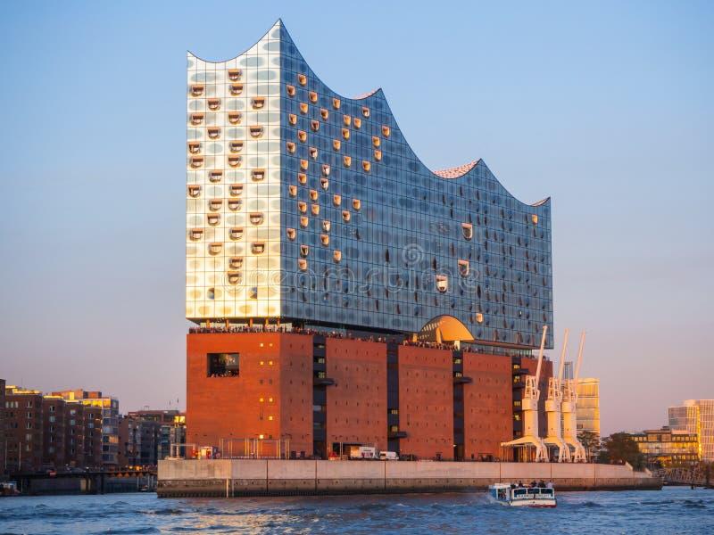 Γερμανία Αμβούργο Γύρος με τη βάρκα στο λιμένα στο ηλιοβασίλεμα Άποψη στη διάσημη αίθουσα συναυλιών στοκ φωτογραφίες με δικαίωμα ελεύθερης χρήσης