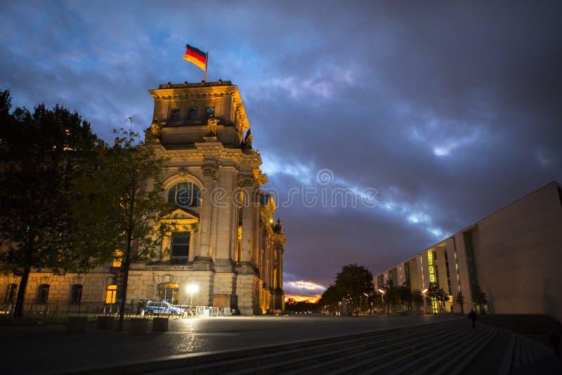 Γερμανία, Βερολίνο, Reichstag, σπίτι του Κοινοβουλίου, νεοκλασσικά, ιστορικά κτήρια Βικτώριας, όμορφα ζωηρόχρωμα σύννεφα στο σούρ στοκ εικόνα