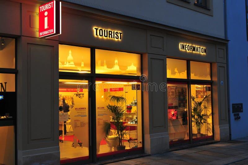 Γερμανία: Οι πληροφορίες τουριστών Δρέσδη που φωτίζεται τή νύχτα στοκ εικόνες