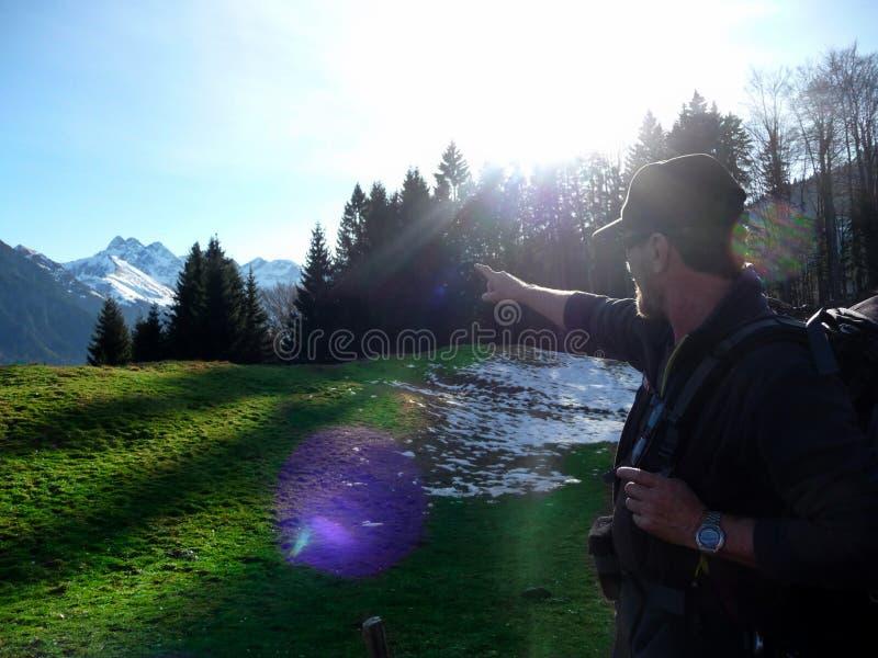 Γερμανία ορών Oberstdorf Ένας οδοιπόρος στα βουνά στέκεται στον ήλιο στοκ εικόνες