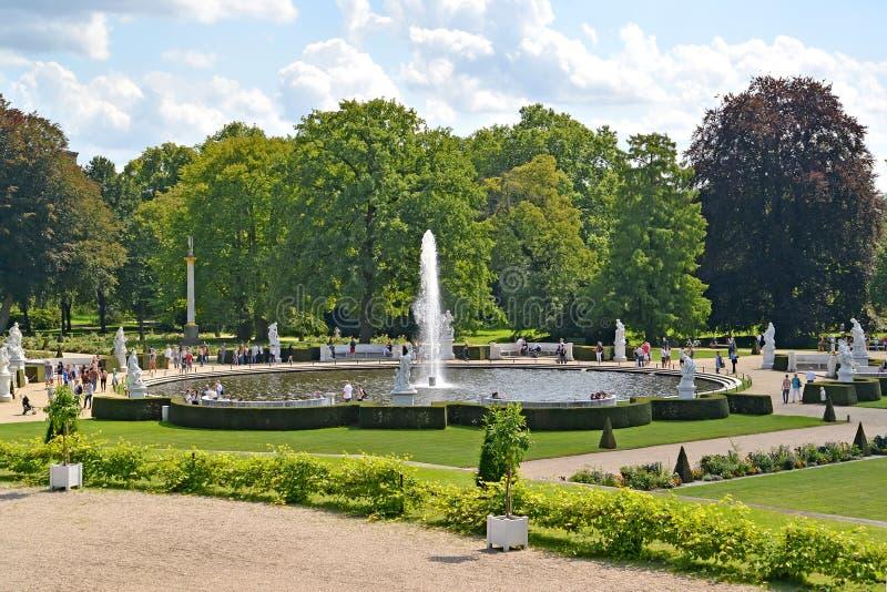Γερμανία Πότσνταμ Μια άποψη της μεγάλης πηγής σε έναν διακοσμητικό κήπο, το πάρκο Sanssousi στοκ εικόνες με δικαίωμα ελεύθερης χρήσης