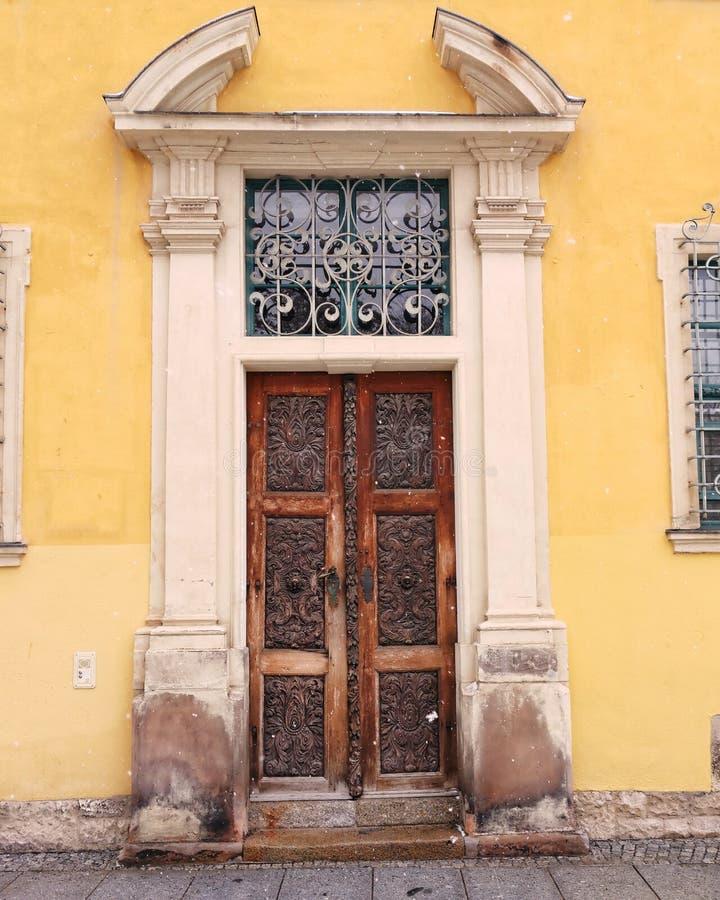 Γερμανία, halle ένα der Saale, παλαιά εκλεκτής ποιότητας πόρτα σπιτιών στοκ εικόνες